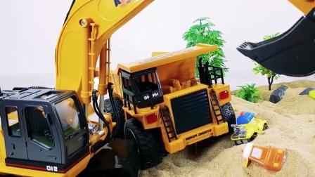 各种玩具小汽车一起来玩沙子