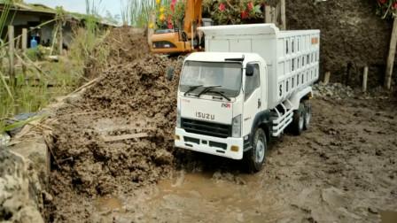 挖掘机与大卡车合作装货物 亲子益智