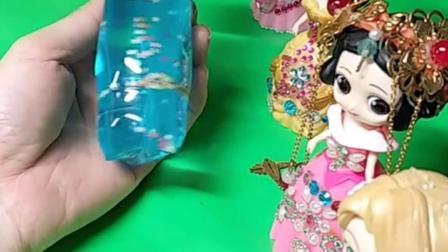 哪位公主的水蛇玩具好玩呢?