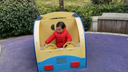 妹妹去小区游乐场玩仿真玩具车,眼睛还时不时看看哪里有更好玩的