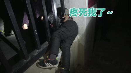 疼死我了!男童钻外墙护栏被卡 安徽消防紧急救助