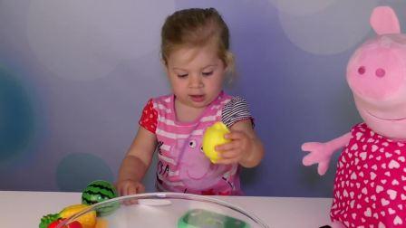 萌娃小可爱要切开所有的水果,小可爱要小心哦,水果刀很锋利的