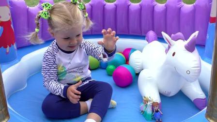 萌娃小可爱和妈妈一起玩玩具,小可爱一个个的打开自己的新玩具,里边都有什么