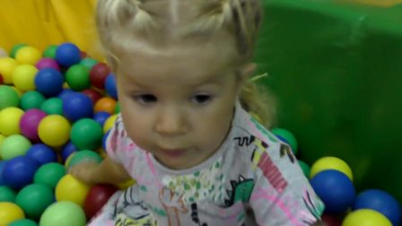 萌娃小可爱去游乐园玩,这个滑梯好有意思,一下子就能滑去球里边