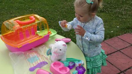 萌娃小可爱自己带上手牌,现在这只小猫咪是小可爱的了