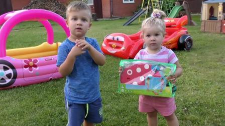 萌娃小可爱准备和哥哥一起钓鱼,正在做钓鱼前的准备活动