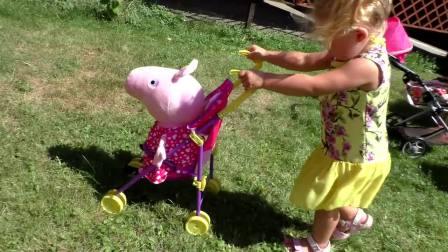萌娃小可爱用婴儿车推着自己的玩具们,就像推着自己的宝宝一样