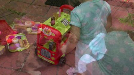萌娃小可爱在路边卖零食,连小猫咪也过来光顾了