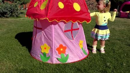 萌娃小可爱在草坪发现一个大蘑菇,原来这是一个帐篷呀
