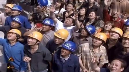 房奴:老板拖欠农民工工资,农民工大怒,抓着老板娘一块跳楼