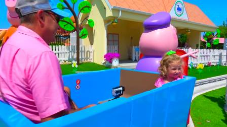 儿童亲子互动,小萝莉跟爸爸游玩佩奇主题公园坐佩奇火车,真好玩