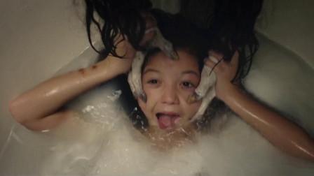 千万不要一个人洗澡!女孩被黑手抓住,还以为是妈妈在给她洗头。