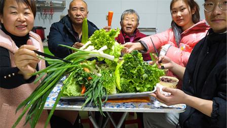 小遥家饭桌摆满绿色青菜,打饭包卷大葱蘸酱吃,农家饭菜就是香