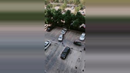 白车占人家停车位,这一幕让我开眼了,网友:百因必有果