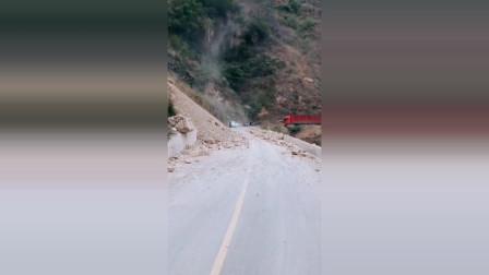 不要问我云南的山路多危险,能过去全靠运气,货车司机要注意安全