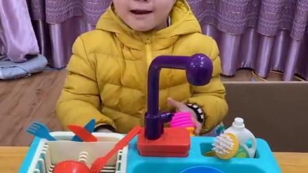 五彩童年:哎呀,宝贝你砸水龙头干嘛呀