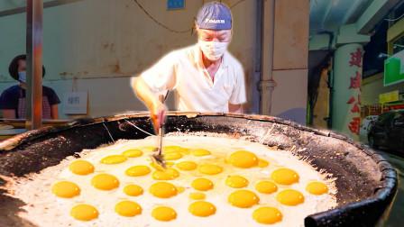 老外想吃中国美食蚵仔煎,终于在马来街头找到一家,味道很棒!