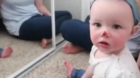 妈妈把小宝宝的鼻子涂成红色,下一秒去照镜子,那反应太可爱了!
