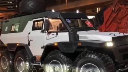 迪拜土豪的新沙漠玩具,比奔驰6x6还要霸气,八轮驱动不怕陷车!