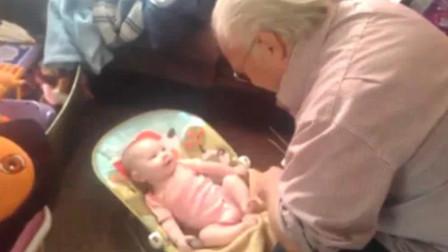 爷爷第一次见到小孙女,小开心果扭来扭去的逗爷爷开心,太温馨了