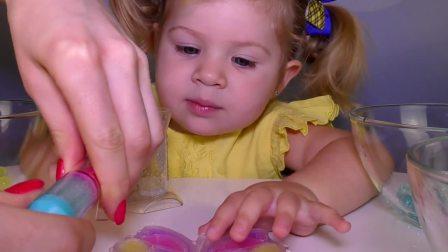 萌娃小可爱和妈妈一起玩玩具,小可爱和妈妈给蝴蝶涂上了漂亮的颜色