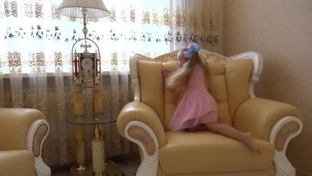 萌娃小可爱在客厅里寻宝,小可爱能找到所有宝藏吗