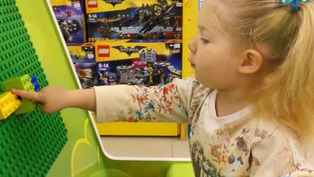 萌娃小可爱一个人在拼积木,小可爱这是要拼出什么东西来呢