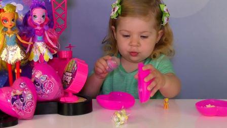 萌娃小可爱在拆芭比娃娃送的礼物,快看看是什么礼物吧
