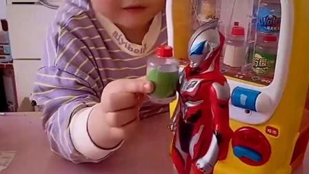 趣味童年:小宝贝买了饮料,都给奥特曼和佩奇喝了