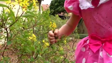 萌娃小可爱一个人在草坪上散步,小可爱的裙子看起来好漂亮