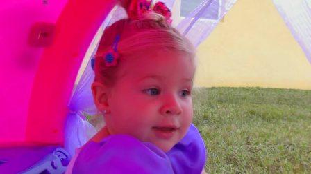 萌娃小可爱开着自己的小马车,小可爱这是要去找谁呢