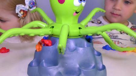 萌娃小可爱要和小章鱼抢玩具,最后小可爱抢到的玩具最多