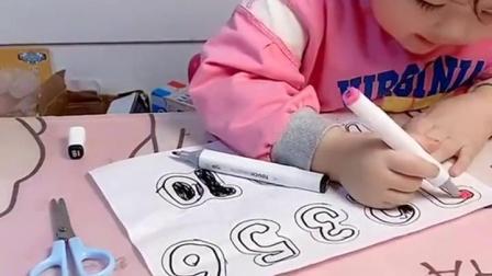 亲子互动:小宝贝在涂数字,真厉害