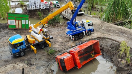起重机玩具帮助卡车