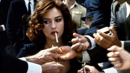 女子刚拿出香烟,周围男人都争先给女神送火!【热剧快看】