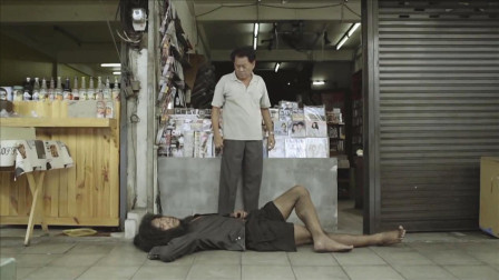 乞丐每天赖在店铺门口,赶也赶不走,老板在监控里发现了秘密!