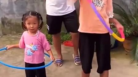 亲子游戏:小宝贝们比赛转呼啦圈,可以赢得冰激凌哟