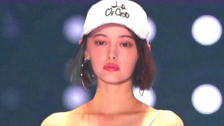 日本模特走秀满脸不爽,摘下帽子的一瞬间,网友:爱了爱了!