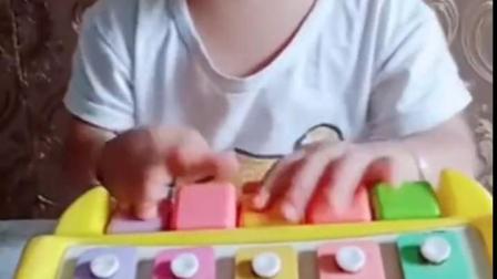 金色的童年:宝贝弹琴真可爱,这是最美的音符