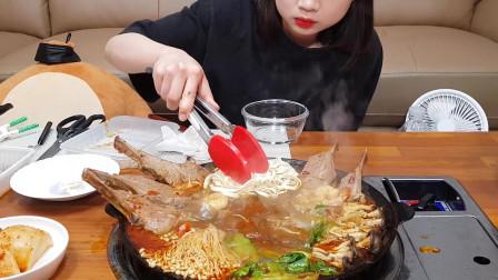 韩国小姐姐在家自制辣羊肉火锅,配上啤酒,吃得太过瘾了