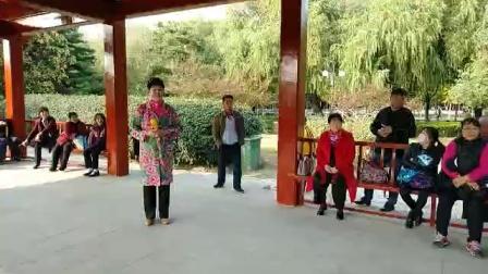 张秀芳在燕郊公园唱