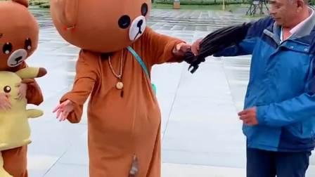 哎呀, 伞怎么破成这熊样了