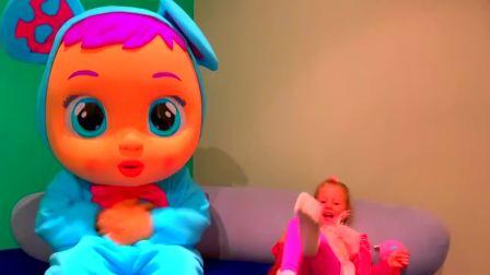 萌宝快乐,小警察在街上巡逻发现了路边的玩具小宝宝,快来看看吧