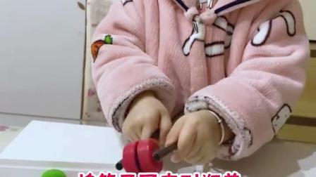 双手夹球锻炼宝贝手眼协调和手部肌肉快带孩子玩起来吧