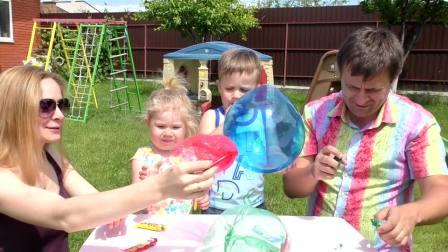 萌娃小可爱一家吹气球,妈妈好坏,竟然把气球怼到哥哥脸上