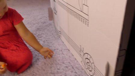 萌娃小可爱收到一个新玩具,小可爱对包装盒上的蜗牛更感兴趣