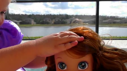 萌娃小可爱去游泳池玩,小可爱想要戴上漂亮的皇冠