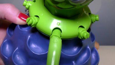 萌娃小可爱收到一个章鱼玩具,妈妈帮他们把玩具组装好