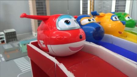 超级飞侠玩具,超级飞侠们变身玩具蛋从专属的滑滑梯上滑下
