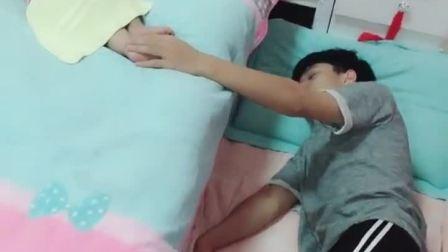 童年趣事:怕孩子翻下去摔着直接睡到地上!